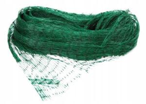 Zielona siatka ochronna, która idealnie nadaje się do rozwieszenia nad ogrodem lub zagrodą dla zwierząt domowych